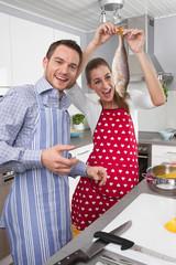 Junges Paar hat Spaß beim Kochen in der Küche