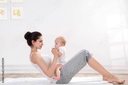 Tuinposter Gymnastiek mother and baby gymnastics