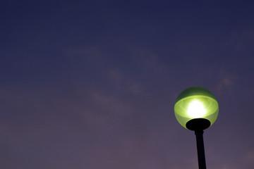 街灯と夕暮れ空