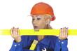 Junge Handwerkerin mit gelber Wasserwaage