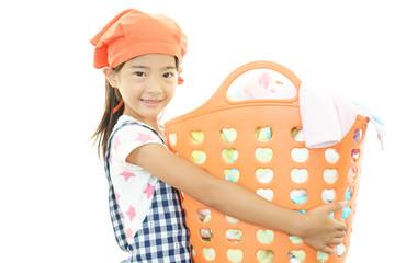 家事のお手伝いをする女の子