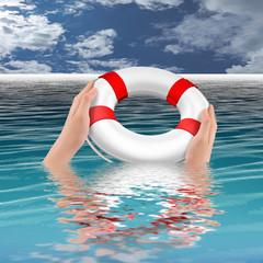 Hände halten Rettungsring im Wasser