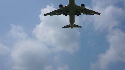 空を飛ぶ旅客機