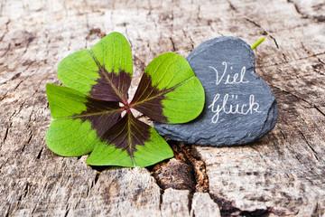 vierblättriges Kleeblatt, Schieferherz auf Holz, Viel Glück