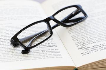 Libro y gafas
