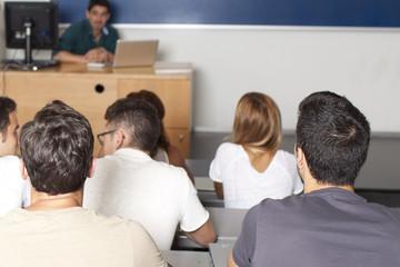 Studenten im Hörsaal von hinten