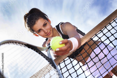Belle jeune fille repose sur un filet de tennis Poster