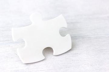 Puzzleteil neutral auf Holz