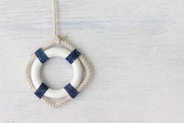 Rettungsring - maritime Deko auf weißem Holz