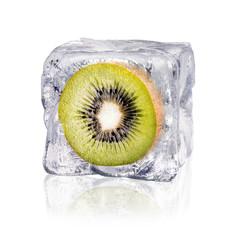 Kiwi in einem Eiswürfel