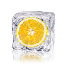 Orange in einem Eiswürfel