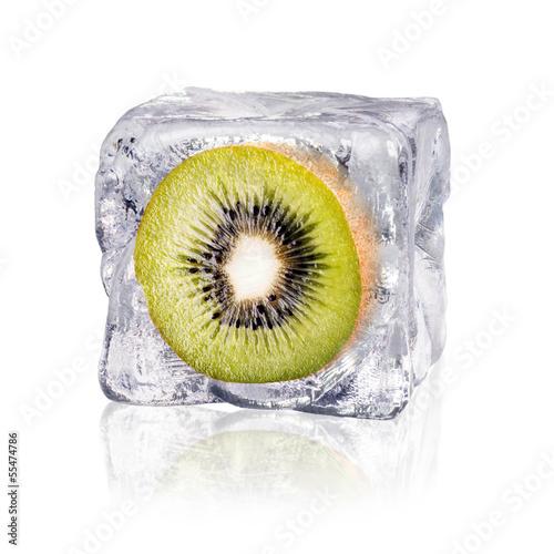 canvas print picture Kiwi in einem Eiswürfel