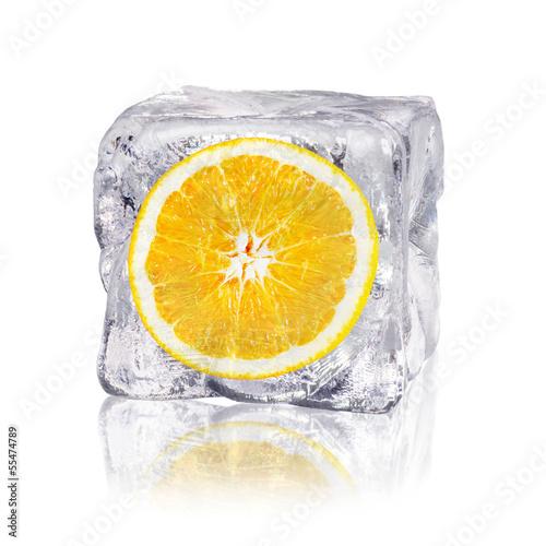 canvas print picture Orange in einem Eiswürfel