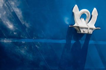 Ancora bianca su nave blu