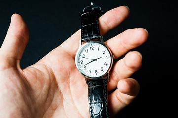 腕時計を持つ手