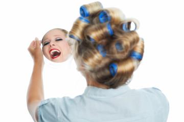 Glückliche Frau im Spiegel