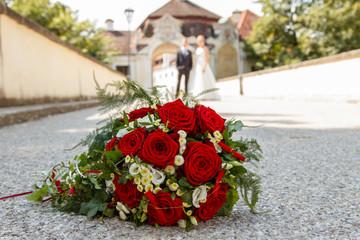 Brautstrauß und Brautpaar