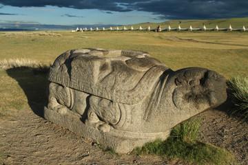 Une tortue de pierre protège la vallée
