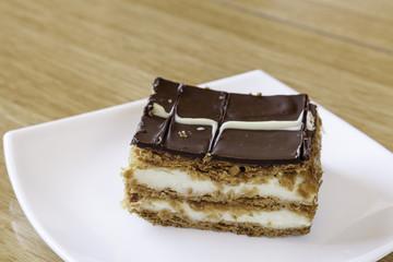 pastel casero de hojaldre, nata y chocolate