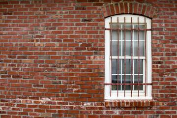 Backsteinwand mit weißem Fenster