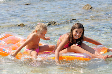 Bambine al mare sul materassino#2