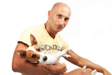 Ragazzo con cane jack russel su sfondo bianco