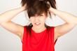 Die junge Frau rauft sich die Haare