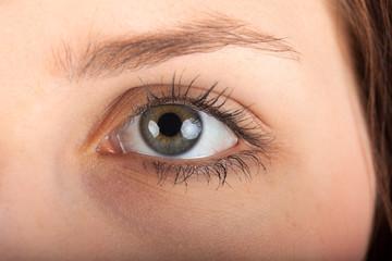 Nahaufnahme des Auges einer jungen Frau