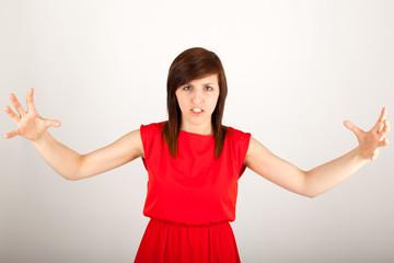 Die junge Frau steht wütend vor der Kamera