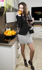 Mujer elegante en la cocina.