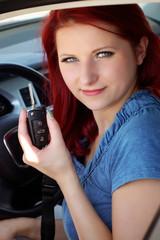 Frau hat den Führerschein bestanden