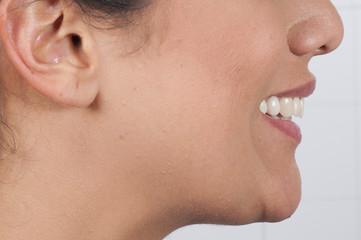 Sonrisa lateral mujer