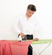 Mann bügelt ein Hemd