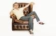 Mann entspannt im Ledersessel