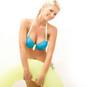 Blonde Frau geht schwimmen