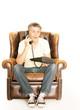 Mann telefoniert auf einem Sessel