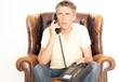 Mann telefoniert im Sessel