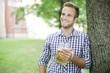 Junger Bayer trinkt Bier