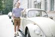 Junger Bayer vor Auto