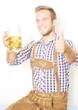 junger Mann trinkt Bier