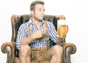 junger Mann mit Bierkrug
