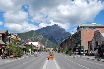 バンフのメインストリートとカスケード山