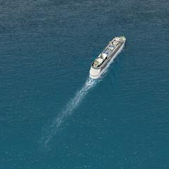 Kreuzfahrt Kreuzfahrtschiff auf hoher See 3D