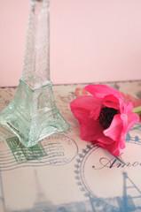 エッフェル塔の花瓶とアネモネ