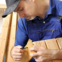 Handwerker montiert Keller-Regal