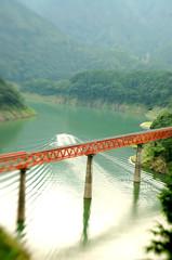 鉄橋と波紋