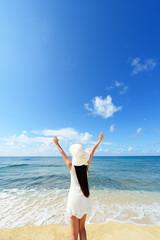 海辺で寛ぐ女性