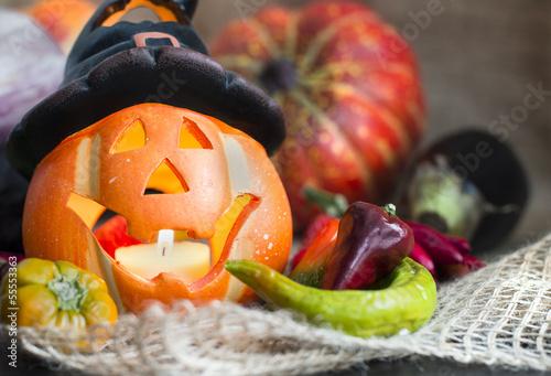 Kürbislaterne mit Gemüse dekoriert