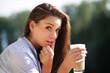 hübsche Frau trinkt Kaffee