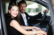 Verliebtes Paar im Auto